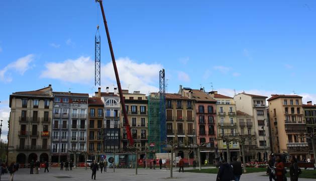 Montaje de grúas para la rehabilitación de un edificio de viviendas en la Plaza del Castillo.