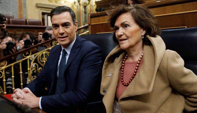 foto de El presidente del Gobierno en funciones, Pedro Sánchez, y su vicepresidenta, Carmen Calvo, en el Congreso de los Diputados