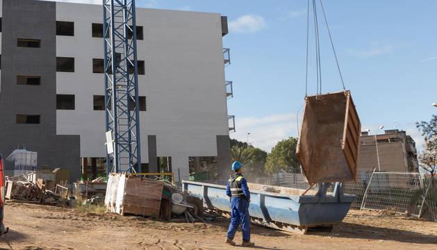 Foto de un operario maneja la grúa en un edificio de nueva construcción junto al vial de Merindades de Tudela.
