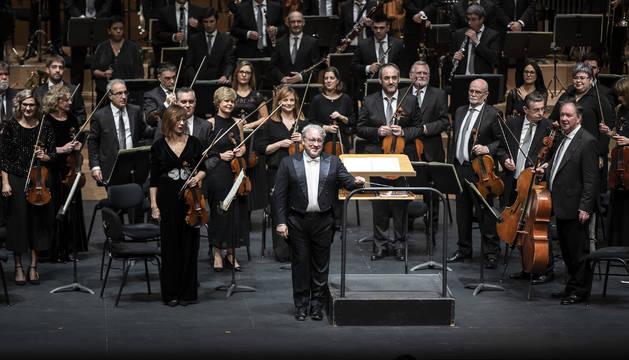 El director Miguel Romea y la Sinfónica de Navarra saludan en el Concierto de Año Nuevo.