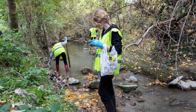 Foto de varios voluntarios limpiando el cauce del río Sadar.