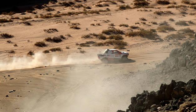 Fernando Alonso y Marc Coma, en la segunda etapa del Rally Dakar.