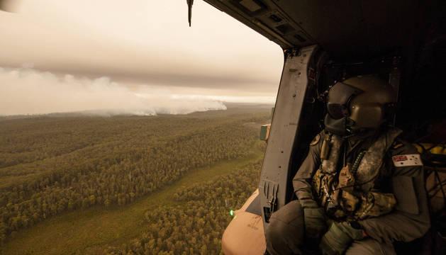 Foto de un miembro del Ejército observa la humareda del incendio acercándose al río Cann en Gippsland, Victoria, Australia