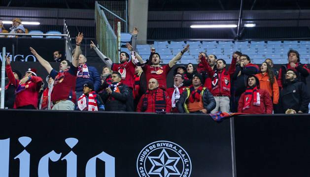 Un grupo de aficionados de Osasuna presencia el partido en Balaídos.