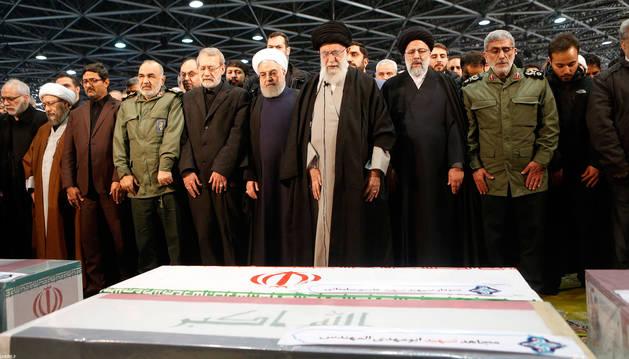 foto de El líder supremo iraní, el ayatolá Ali Khamenei, y el presidente iraní,  Hassan Rouhani rezan en el funeral del comandante de la Fuerza Quds Qasem Soleimani y de otras víctimas
