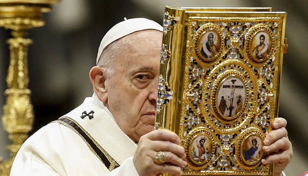 foto de El papa Francisco, durante la misa que ofició en la basílica de San Pedro con motivo de la Epifanía.