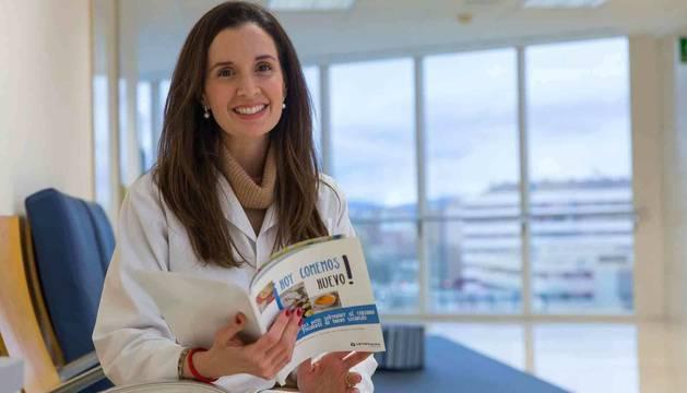 Foto de la alergóloga de la CUN Carmen D'Amelio Garófalo posa con un ejemplar de su libro 'Hoy comemos huevo'.
