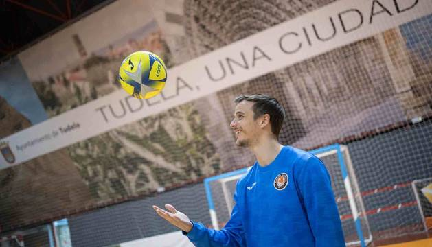 Foto del capitán del Aspil-Jumpers, David, con un balón en la 'Caldera'.