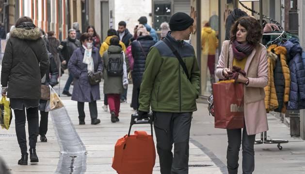 Personas caminan por una céntrica calle de Estella, uno de los municipios que ha ganado población.