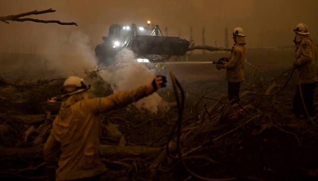 foto de Bomberos australianos trabajan para impedir el avance de los incendios