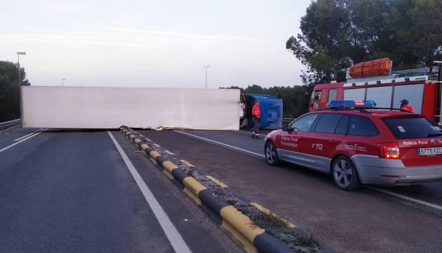 Cortada la N-232 en Castejón por el vuelco de un camión