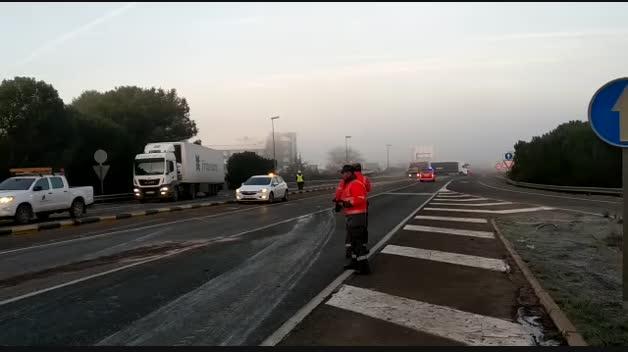 Un camión vuelca en la N-232 cortada, en Castejón