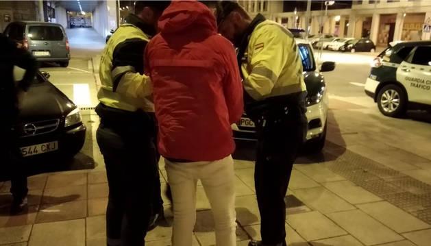 Momento en el que los agentes proceden a la detención del joven autor del presunto robo.