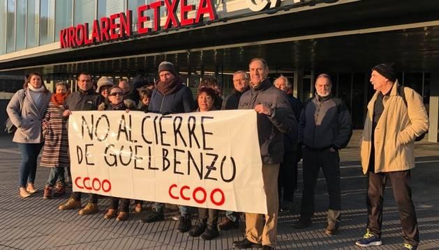 Plantilla y usuarios de Guelbenzu se concentran contra el cierre del centro