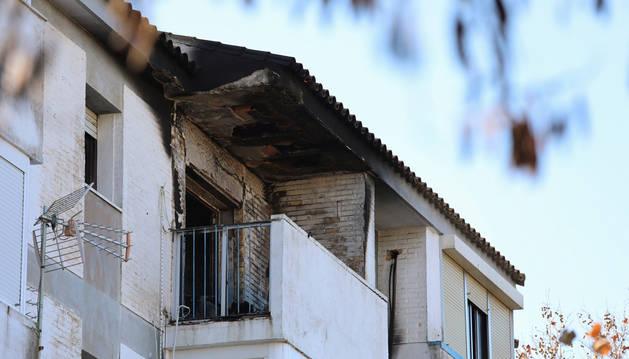 foto de Vivienda incendiada en la que han fallecido dos personas y un bebé está en la UCI en la barriada de La Hispanidad.