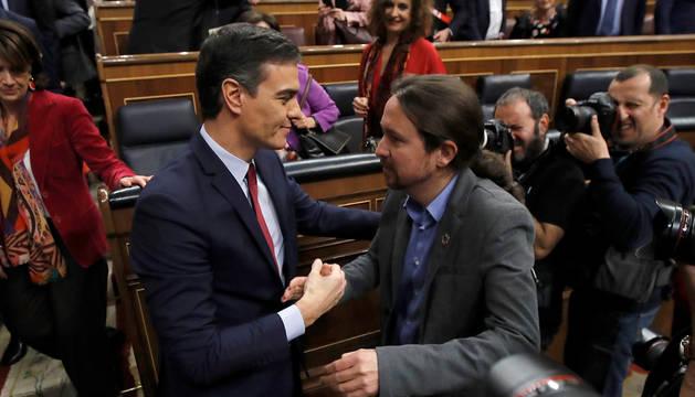 Pedro Sánchez y Pablo Iglesias, en el Congreso tras la investidura del primero.