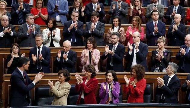 Pedro Sánchez (i), aplaudido por su grupo en el Congreso de los Diputados.