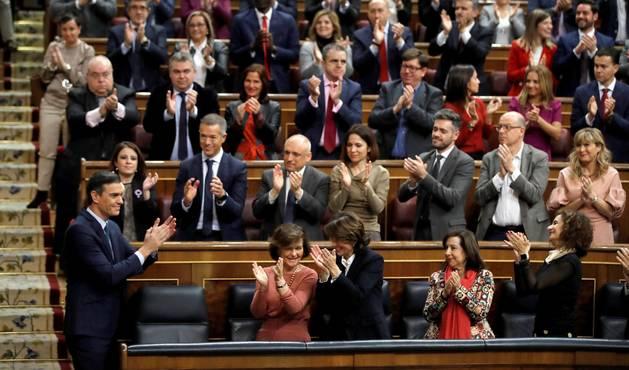 Foto del candidato a la Presidencia del Gobierno, Pedro Sánchez (i), recibe el aplauso de sus compañeros de partido.