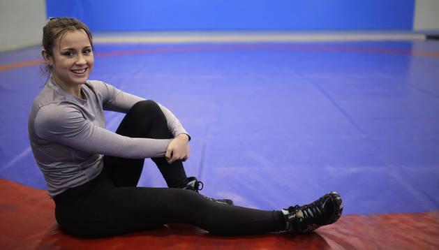 Aintzane Gorria, la pasada semana en la colchoneta de entrenamientos de lucha del polideportivo Elizgibela de Burlada.
