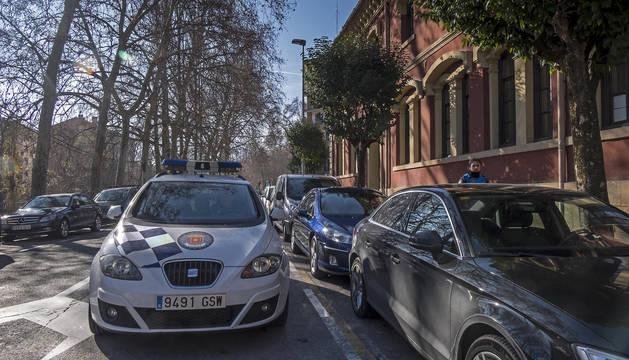 Foto del Ayuntamiento de Estella, con el acceso a la sede de Policía Municipal.
