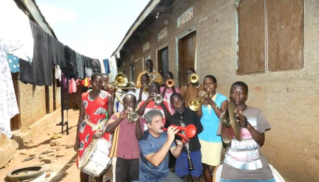Foto del trompetista pamplonés David Orduña, el martes, con alumnos y alumnas de la Iganga Community Brass Band, en Uganda.