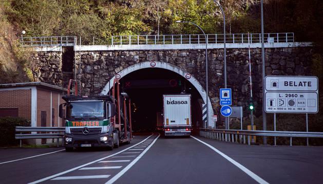 Camiones entrando y saliendo del túnel de Belate, en la Nacional 121.