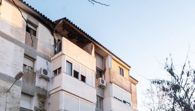 Fachada de la vivienda afectada por el incendio en el que murieron dos personas en Huelva.