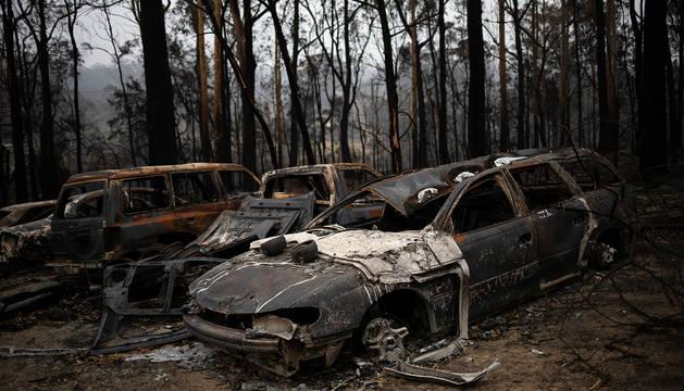 Restos de automóviles calcinados por las llamas en la localidad australiana de Mogo.