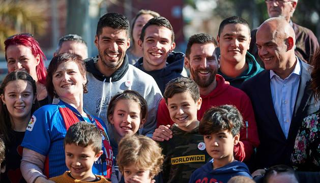 Luis Suárez y Leo Messi posan con niños de la Fundación infantil Ronald McDonald