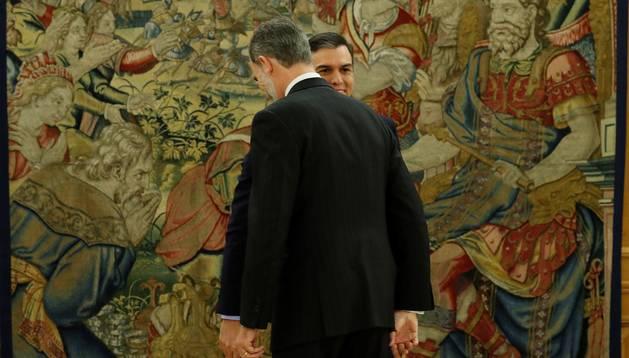 Foto del presidente del gobierno Pedro Sánchez (d), y el rey Felipe VI, tras prometer su cargo esta mañana en el Palacio de la Zarzuela en Madrid.