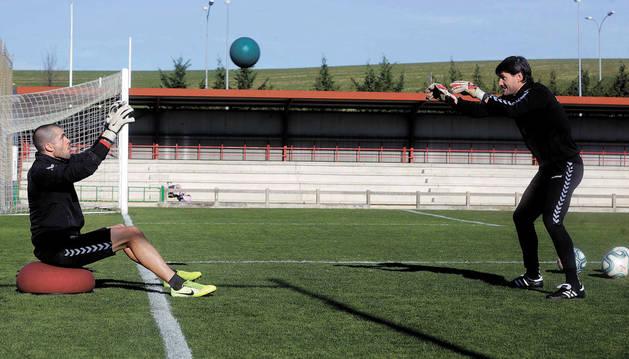 Rubén Martínez, trabajando en compañía de Richard Sanzol en uno de los campos de entrenamiento. El meta gallego ya se calza las botas y se pone los guantes.