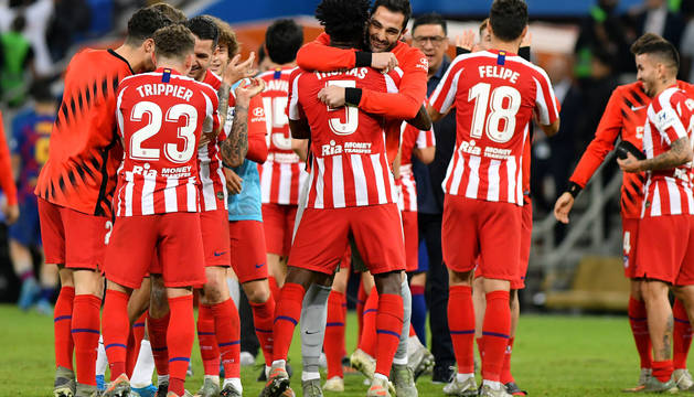Foto de los jugadores del Atlético de Madrid celebrando uno de los goles ante el Barcelona en la semifinal de la Supercopa.
