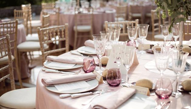 Imagen de archivo de una mesa de invitados a una boda.