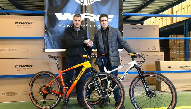 Pruden y Miguel Induráin, con las bicicletas con las que correrá el campeón villavés en la Titan Desert.