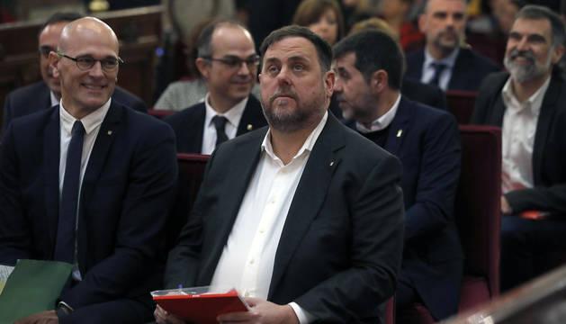 El exvicepresidente de la Generalitat, Oriol Junqueras (d), junto al exconsejero de Asuntos Exteriores, Raül Romeva (i), y el resto de los líderes independentistas, en el banquillo del Supremo al inicio del juicio del
