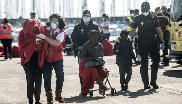 Efectivos de Salvamento Marítimo, Cruz Roja, la Policía y otros servicios de emergencia atienden a las 43 personas rescatadas en una patera a la deriva a 27 kilómetros de Lanzarote.
