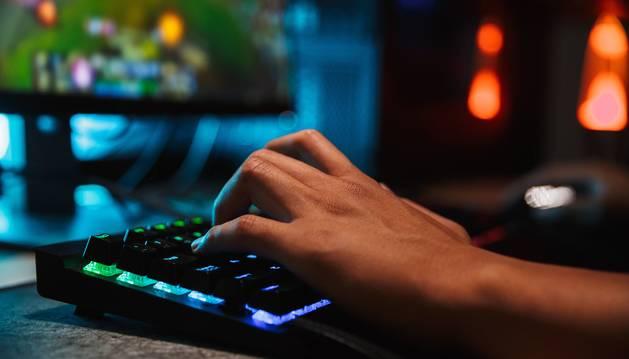 Foto de un joven jugando a un videojuego