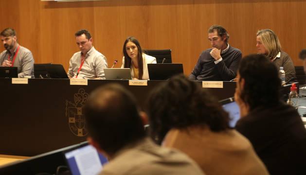 Foto de archivo del pleno del Ayuntamiento de Valle de Egüés. La alcaldesa, Amaya Larraya (NA+), se dirige a ediles de Geroa Bai, de espaldas. Junto a ella compañeros de grupo, a la derecha, y el secretario, a la izquierda.
