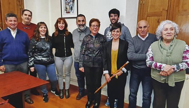 Ya alcaldesa, Mª José Calvo posa con la vara de mando junto a José Mª Ocáriz y el resto de compañeros.