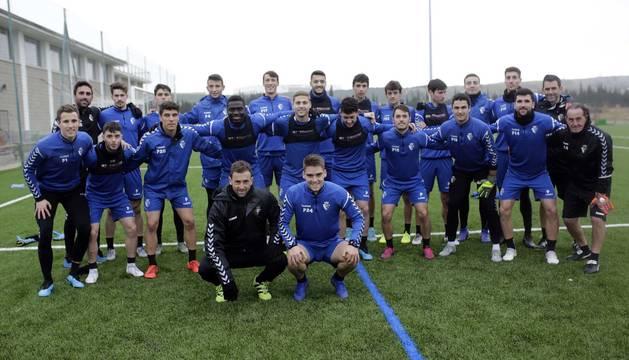 Foto de la plantilla de Osasuna Promesas, junto a su entrenador, Santi Castillejo.