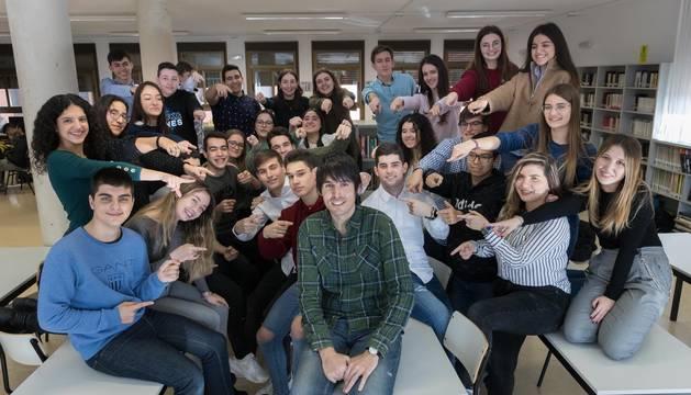 Pablo Ijalba, en el centro de la imagen, rodeado de un buen número de sus alumnos del IES Valle del Ebro de la capital ribera.