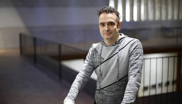 Aitor Iragi con su nuevo libro, 'La venganza del maquillador de muertos' en el Palacio Condestable.