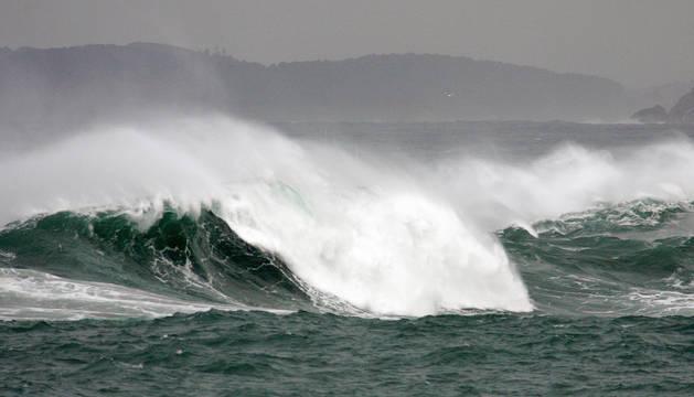 Las olas rompían este jueves con fuerza contra la costa de la ciudad de A Coruña.