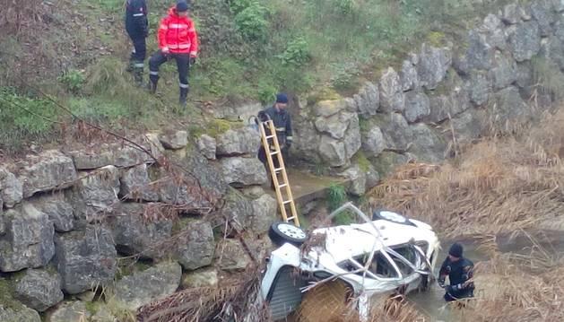 Imagen de la intervención de bomberos de Tafalla para recuperar un vehículo del Cidacos a la altura de la calle Maquirriain.