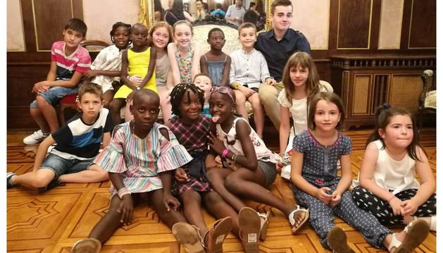 NIños guineanos y navarros, en una recepción en el Palacio de Navarra, el pasado verano en Pamplona.