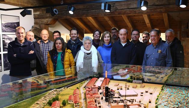 Visita institucional ayer al nuevo centro expositivo en la buhardilla del Ayuntamiento de Aoiz con miembros del Gobierno, alcaldes, Cederna y autores de la exposición.