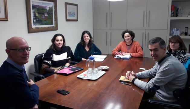 De derecha a izquierda, Juan Mari Erice y Belén Arnedo, ambos de la junta directiva de la Coordinadora de ONGD de Navarra, la consejera Maeztu, Celia Pinedo, presidenta de la Coordinadora de ONGD-Navarra;  Diana Lazcano, también de la junta directiva, y Andrés Carbonero, director general de Protección Social y Cooperación al Desarrollo, Andrés Carbonero, en un momento de la reunión.