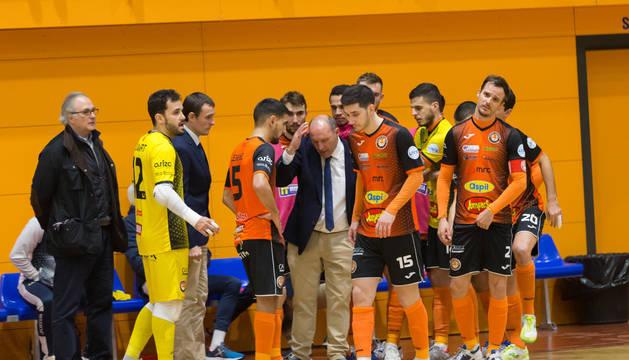Foto del entrenador del Aspil-Jumpers Ribera Navarra, José Lucas Mena 'Pato', en el centro, da instrucciones a sus jugadores en el tiempo muerto solicitado.