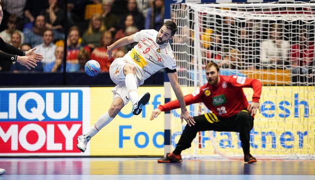 Raúl Entrerríos bate de esta forma tan acrobática al meta alemán, Andreas Wolff.