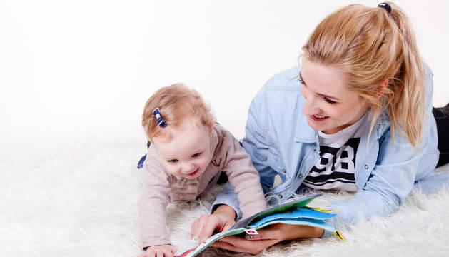 foto de Una bebé jugando con un adulto.